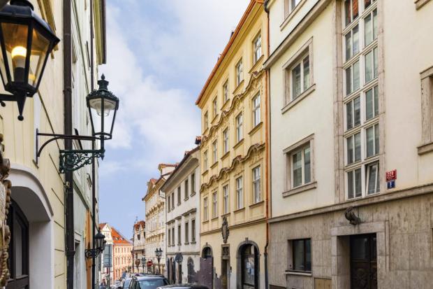S výhledem na Petřín i malostranské střechy