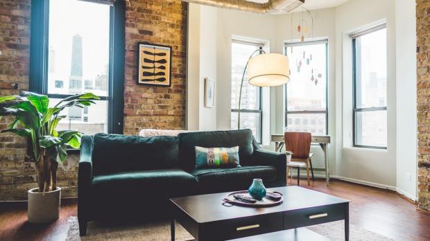 Interiérové trendy 2020: okrová, cihlová a minimalismus vládnou