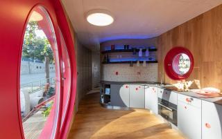 První tištěný plovoucí dům Prvok dlouhodobě zakotvil v přístavu pražské čtvrti DOCK