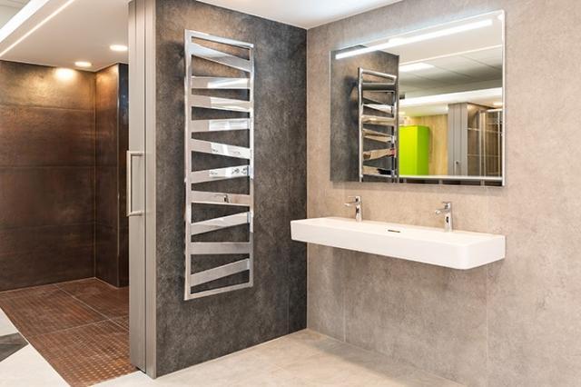 V nové vzorkovně je možné se inspirovat exkluzivním provedením koupelen s velkoformátovými obklady či řadou dalších luxusních prvků – od hlavových sprch přes otopné žebříky po designové baterie